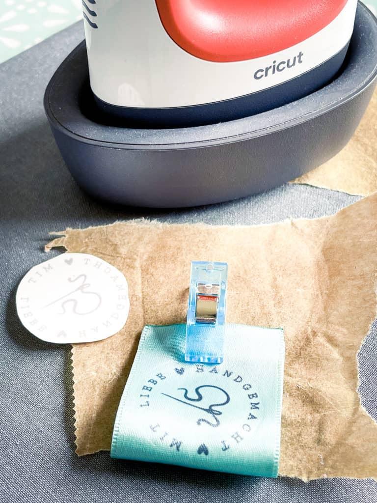 handmade Label auf Flexfolie, SnapPap und Satinband. Gestempelte Aufkleber und Größenlabels.